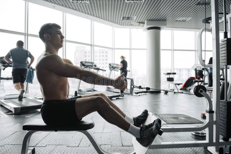 Knappe sterke atletische mensen die omhoog bodybuilding het conceptenachtergrond pompen van de spierentraining - het spierbodybui stock afbeelding