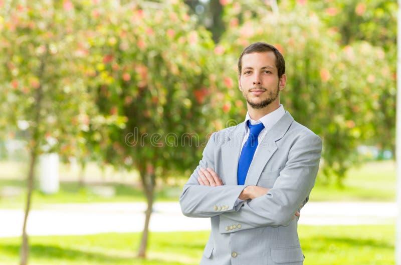 Knappe succesvolle zakenmanberoeps binnen stock foto