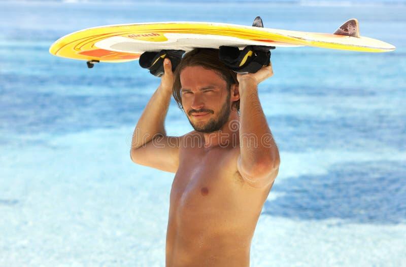 Knappe surfer royalty-vrije stock fotografie