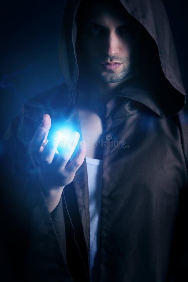 Knappe tovenaar die een energieontploffing tonen royalty-vrije stock fotografie