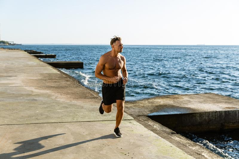 knappe volwassen shirtless mensenjogging stock afbeelding