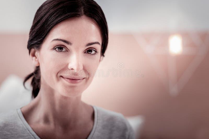 Knappe vrouw met een glimlach op haar gezicht stock foto's