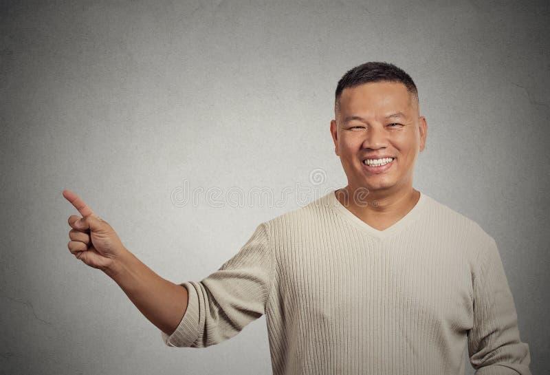 Knappe welkom hetende mens die met vinger richten die exemplaarruimte voorstellen royalty-vrije stock fotografie