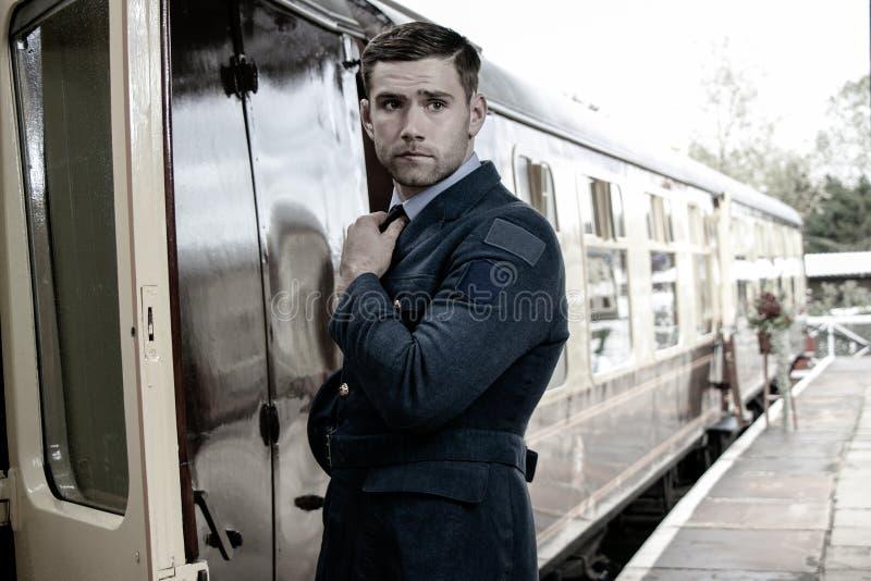 Knappe ww2 mannelijke Luchtmachtambtenaar in eenvormige het inschepen trein royalty-vrije stock afbeelding
