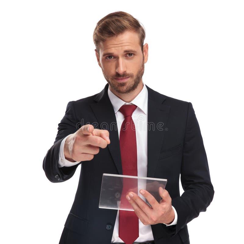 Knappe zakenman die de futuristische vinger van tabletpunten houden stock fotografie