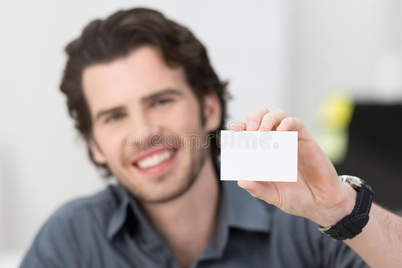 Knappe zakenman die zijn kaart steunen stock foto's