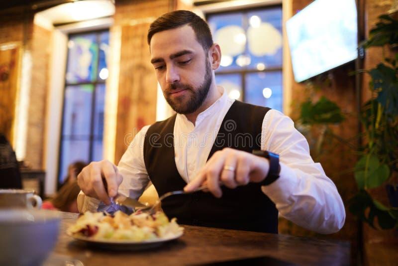 Knappe Zakenman Eating in Restaurant royalty-vrije stock fotografie