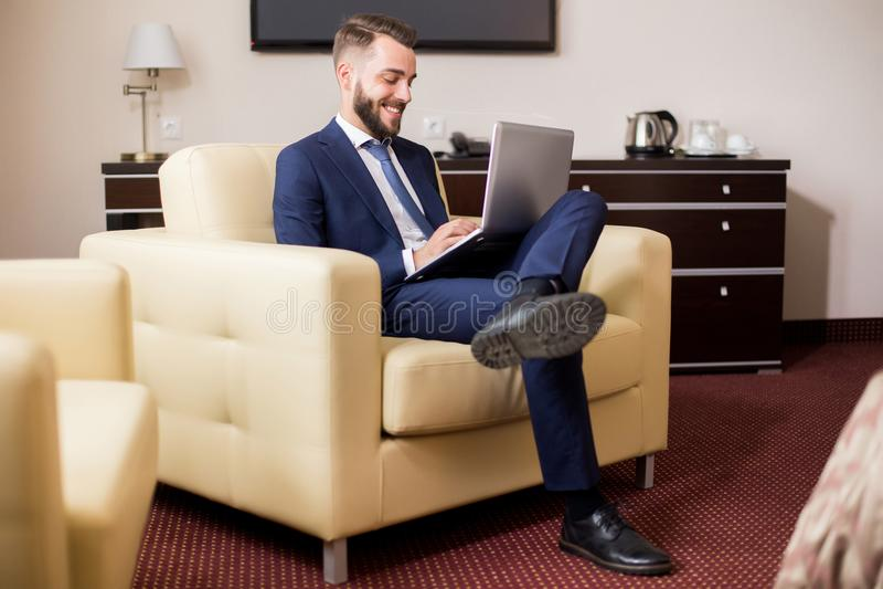 Knappe Zakenman Enjoying Hotel Stay royalty-vrije stock fotografie