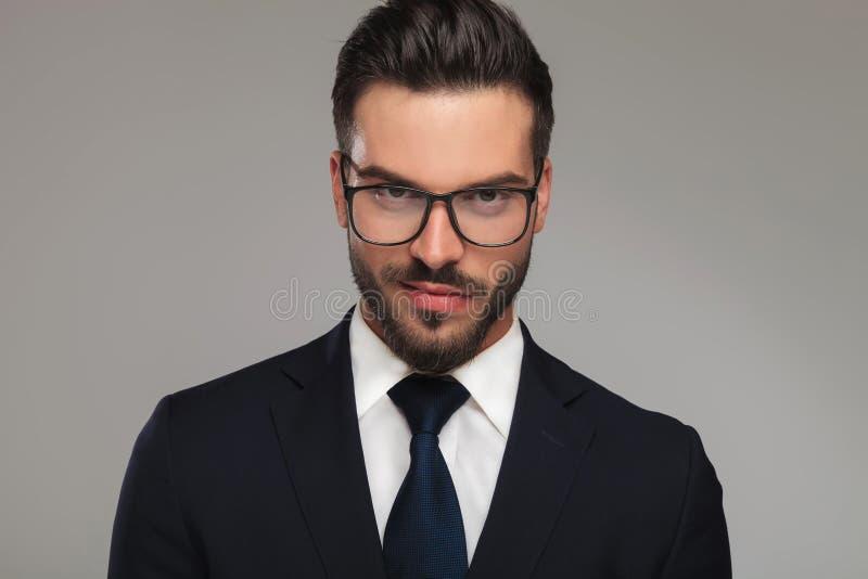 Knappe zakenman met zonnebril die verachting tonen stock fotografie