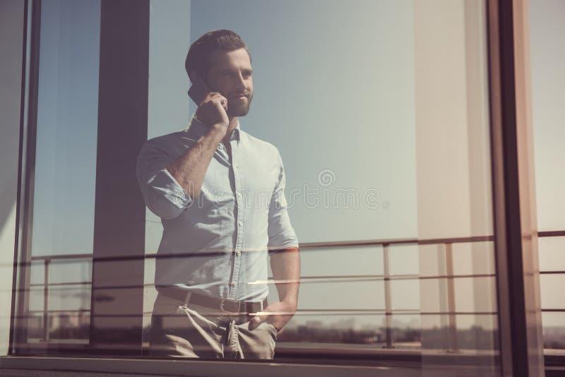 Knappe zakenman in openlucht stock afbeelding