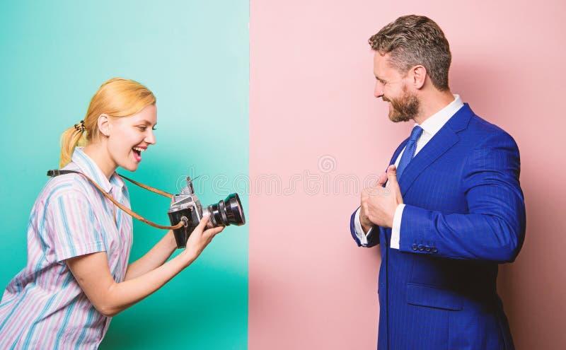 Knappe zakenman stellende camera Het schot van Nice Bekendheid en succes De zakenman geniet ster van ogenblik Fotograaf het nemen royalty-vrije stock afbeeldingen