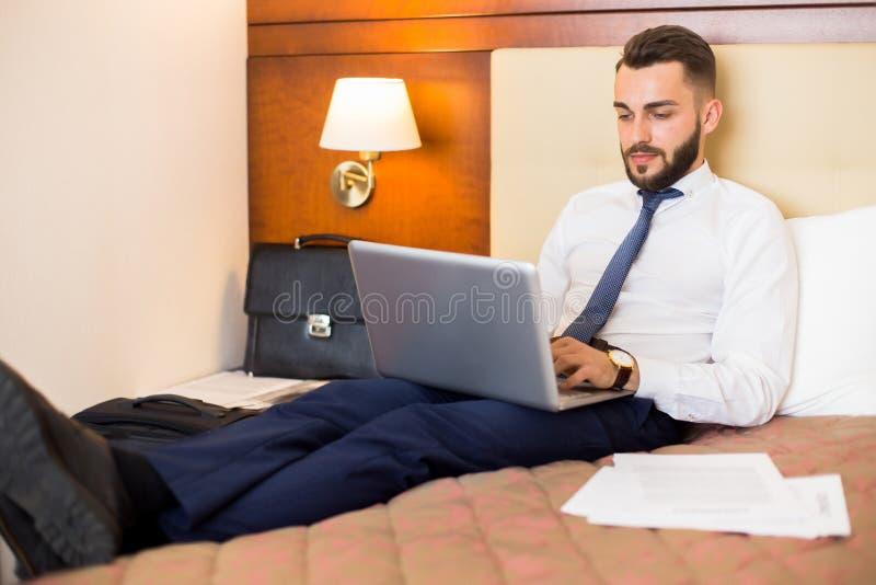 Knappe Zakenman Working in Slaapkamer royalty-vrije stock foto