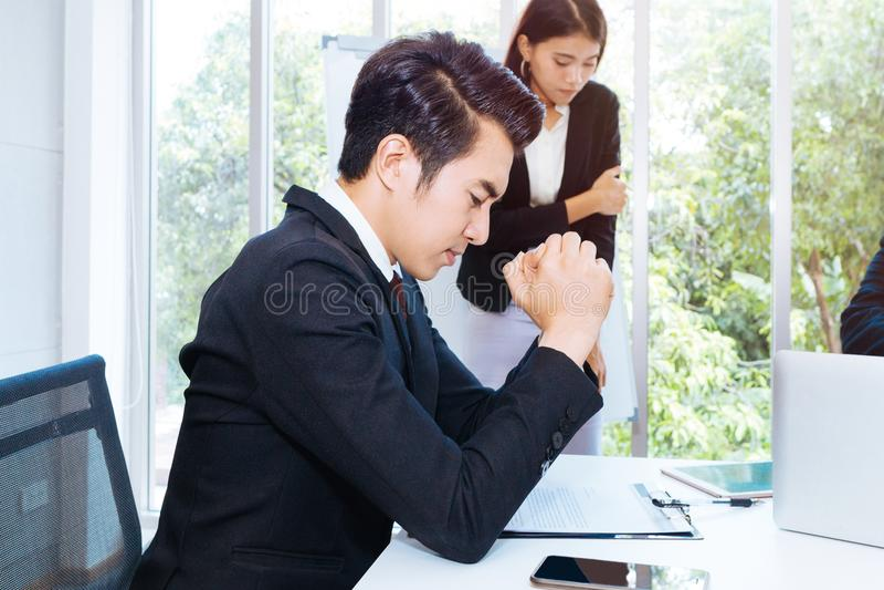 Knappe zakenmanspanning en bored om project op kantoor voor te leggen royalty-vrije stock foto's