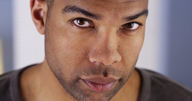 Knappe Zwarte mens die omhoog camera bekijken royalty-vrije stock fotografie