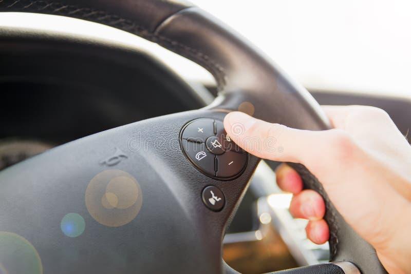 Knappen för telefonen för trycka på för manhand på styrning rullar in bilen fotografering för bildbyråer