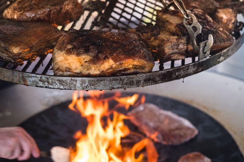 Knapperig varkensvleesbraadstuk op een bbq grill royalty-vrije stock foto