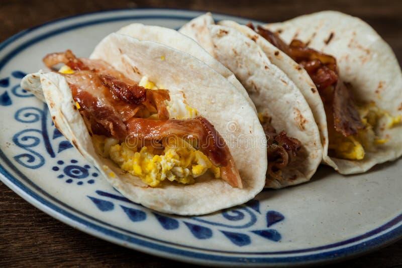 Knapperig verglaasd bacon en de gebraden taco's van het eierenontbijt royalty-vrije stock foto's