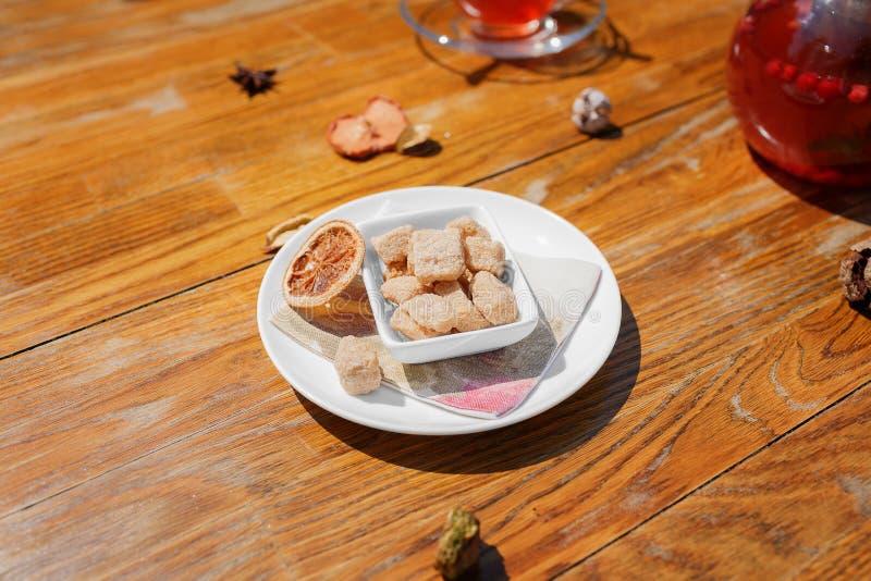 Knapperige, knapperige, beboterde koekjes in suikerpoeder Een plaat van koekjes op een houten lijstachtergrond Koffievoorgerechte stock foto's