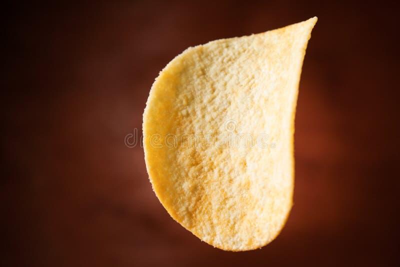 Knapperige chips op een houten achtergrond Spaanders in de lucht stock foto's