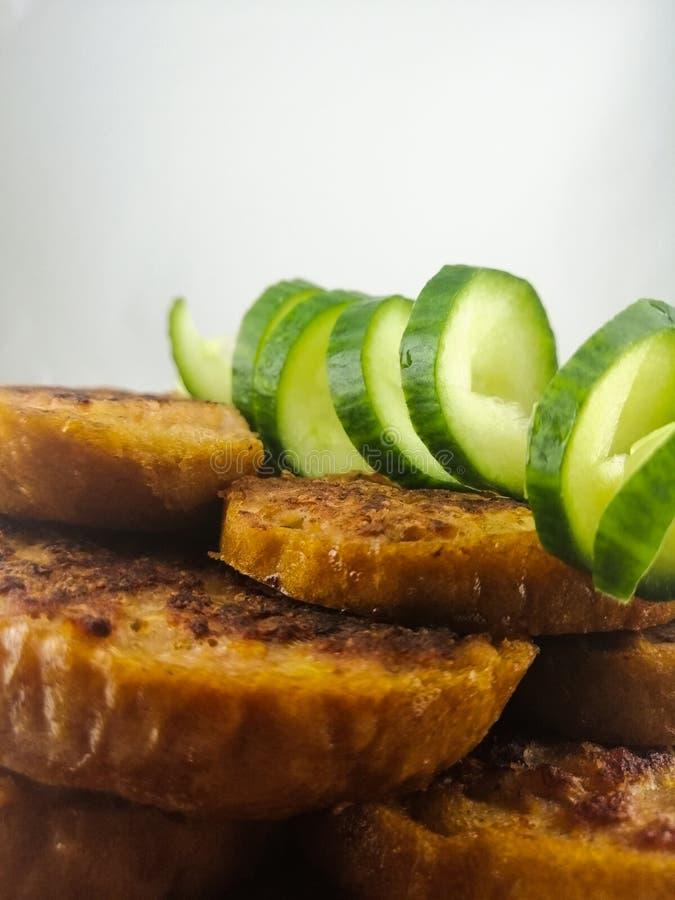 Knapperige croutons met verse komkommer royalty-vrije stock afbeeldingen