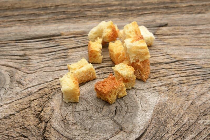 Knapperige die gouden sauteed vers croutons van gekubeerd wit brood worden gemaakt stock foto