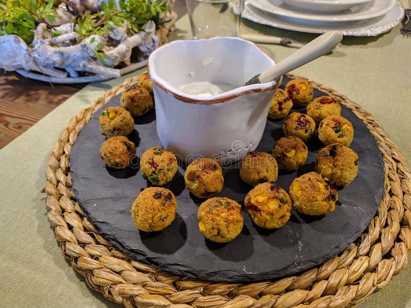 Knapperige falafels met yoghurtsaus royalty-vrije stock fotografie