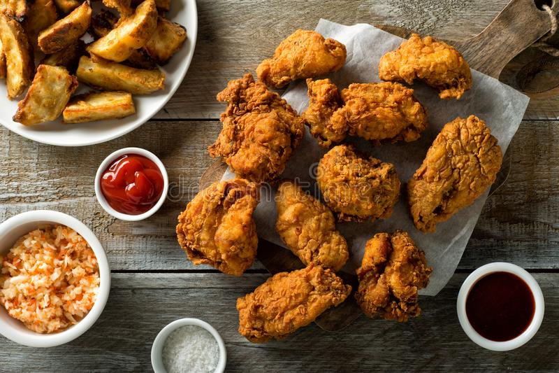 Knapperige Fried Chicken en Taters stock foto