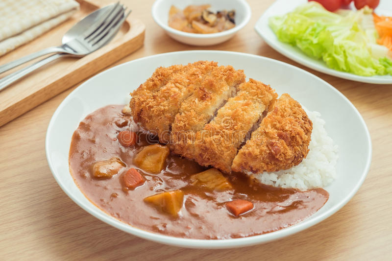 Knapperige gebraden varkensvleeskotelet met kerrie en rijst, Japans voedsel royalty-vrije stock foto's