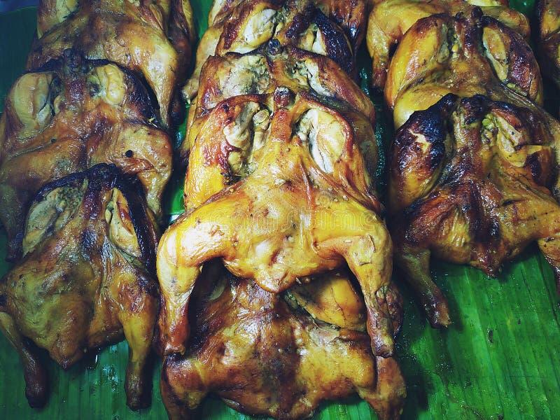 Knapperige het Roosteren kip die op banaanbladeren wordt geplaatst royalty-vrije stock afbeeldingen