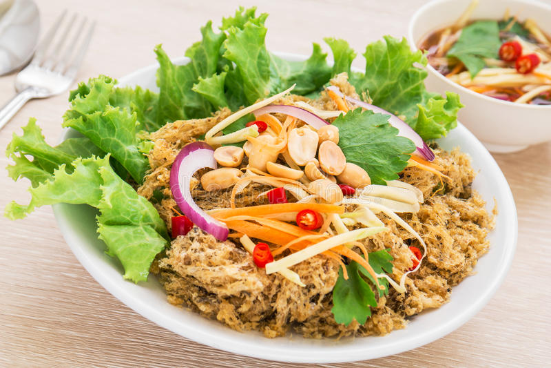 Knapperige katvis kruidige salade met groene mango, Thais voedsel stock foto's