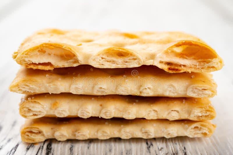 Knapperige omhoog gestapelde crackers & de bovenkant die in de helft wordt gesneden royalty-vrije stock afbeeldingen