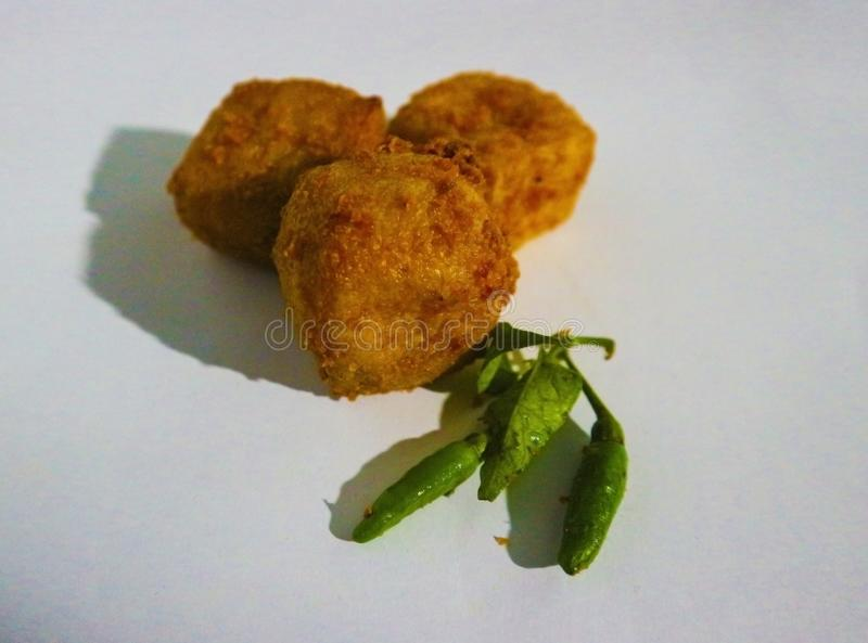 Knapperige tofu met kleine gele Spaanse peper royalty-vrije stock foto's