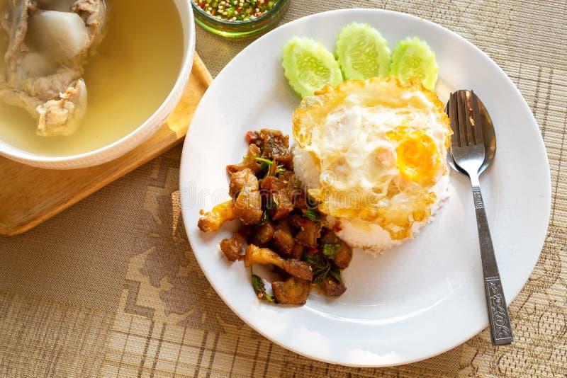 Knapperige Varkensvleesbuik en Garnalen met Thais Basilicum op rijst met Fried Egg op Bovenkant royalty-vrije stock fotografie