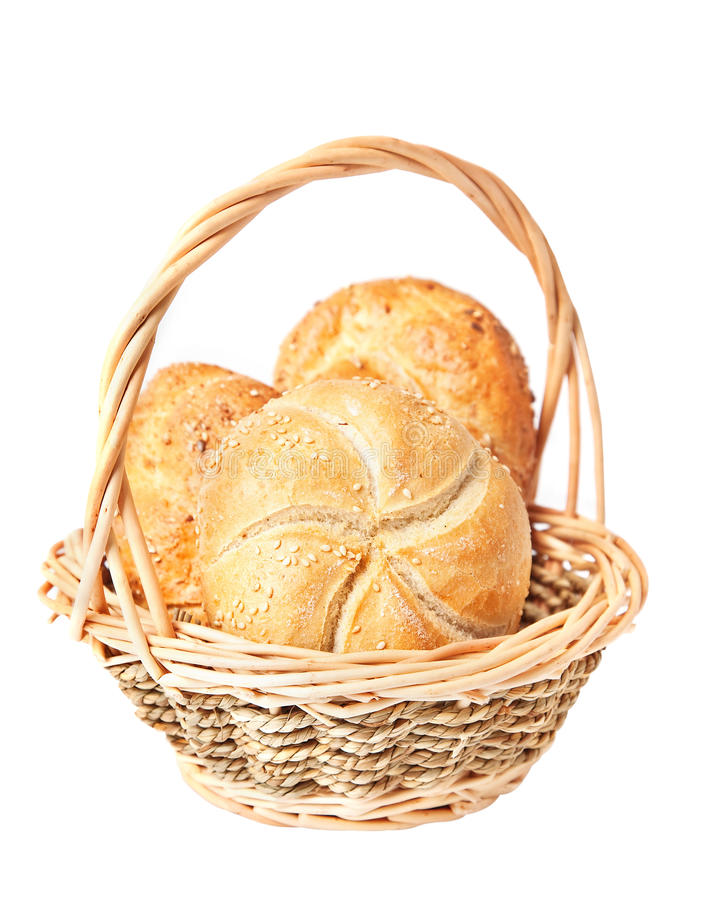 Knapperige verse broodjes in een mand. stock foto