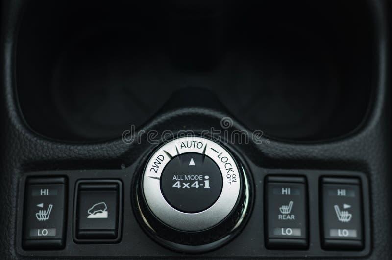 Knappstr?mbrytarekontroll f?r bil med mjuk-fokusen och ?ver ljus i bakgrunden STRÖMBRYTARE FÖR KNAPP FÖR AUTOMATISKT LÅS 2WD royaltyfri fotografi