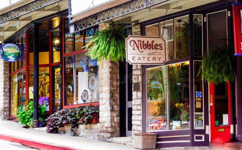Knaprar eateryen är en av många eateries i färgrika i stadens centrum Eureka Springs, Arkansas fotografering för bildbyråer