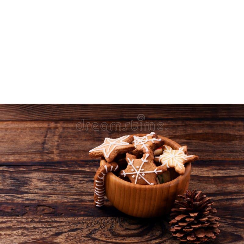 Knar и печенья еды рождества сладкие на деревянном столе изолированном на белой предпосылке скопируйте космос Селективный фокус с стоковые фотографии rf
