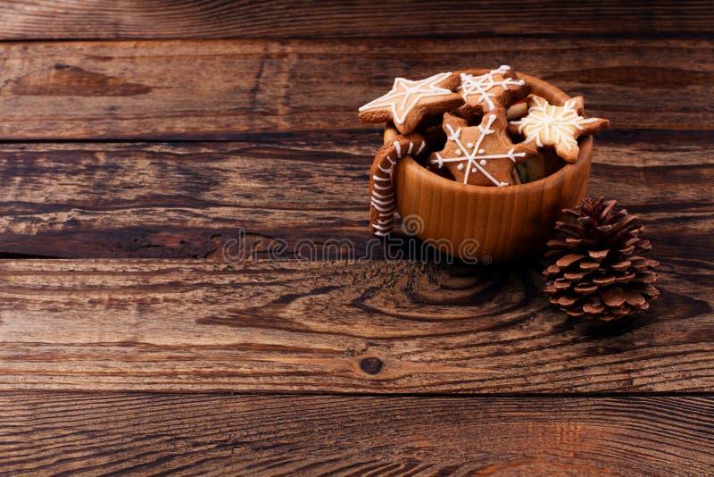 Knar en denneappel De zoete koekjes van het Kerstmisvoedsel op houten lijstachtergrond De ruimte van het exemplaar Selectieve nad stock fotografie