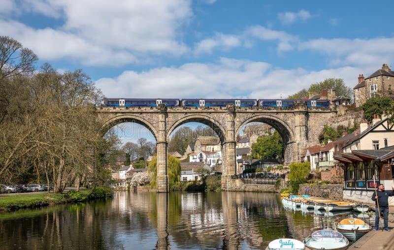 Knaresborough com rio Nidd e viaduto da estrada de ferro fotografia de stock royalty free