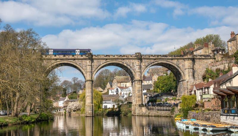 Knaresborough com rio Nidd e viaduto da estrada de ferro imagem de stock royalty free