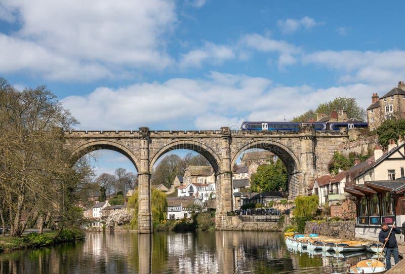 Knaresborough com rio Nidd e viaduto da estrada de ferro, Yorkshire imagem de stock royalty free