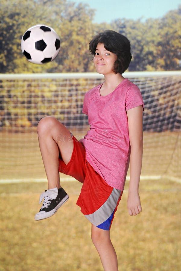 Kneeing футбольный мяч стоковые фотографии rf