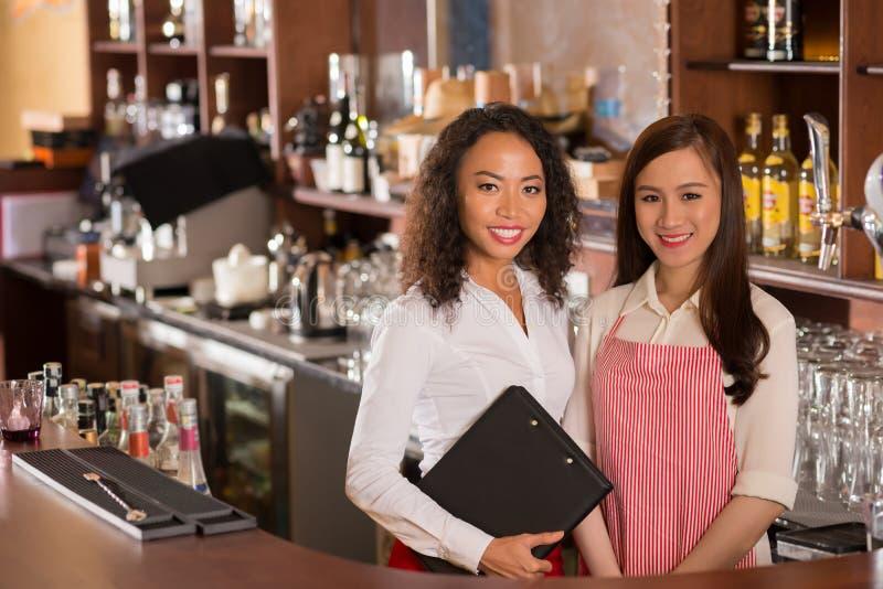 Kneipenbesitzer und Kellnerin lizenzfreie stockbilder