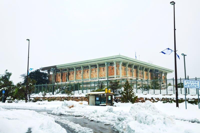 Knesset in Jeruzalem dat met sneeuw wordt behandeld stock foto