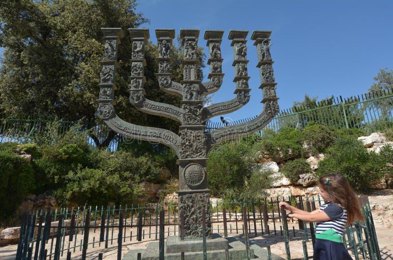 Knessets menoraskulptur i Jerusalem - Israel arkivbild