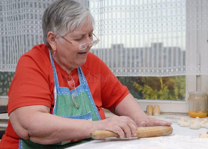 Knetender Teig der älteren Frau lizenzfreie stockfotografie