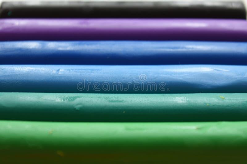 Knetmasse in Grünem, in Blauem und in Purpurrotem lizenzfreie stockfotografie