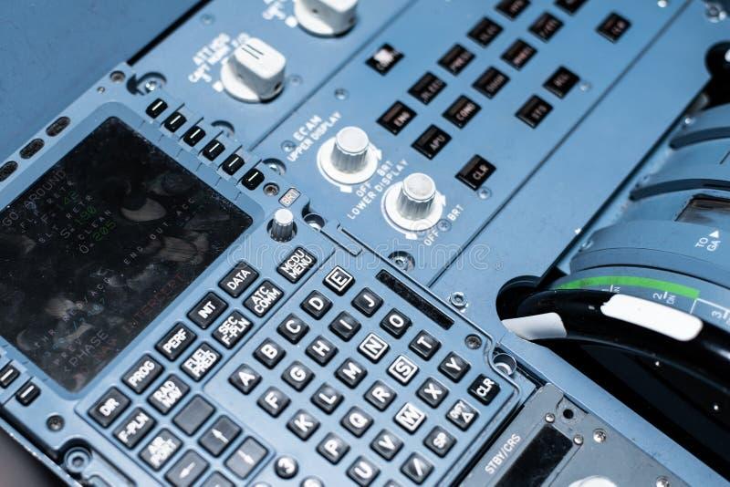 Knevelschakelaars en sensoren op het dashboard in de cabine van passagiersvliegtuig stock foto's