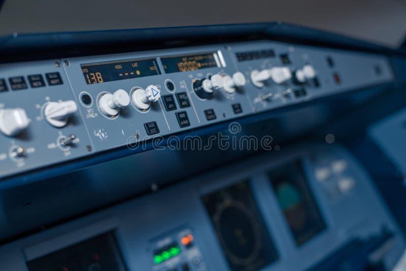 Knevelschakelaars en sensoren op het dashboard in de cabine van passagiersvliegtuig stock fotografie