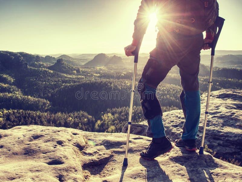 Kniegelenk verletzte innerhalb der Wanderung Touristisches Mannleiden von den Knieschmerz lizenzfreie stockbilder
